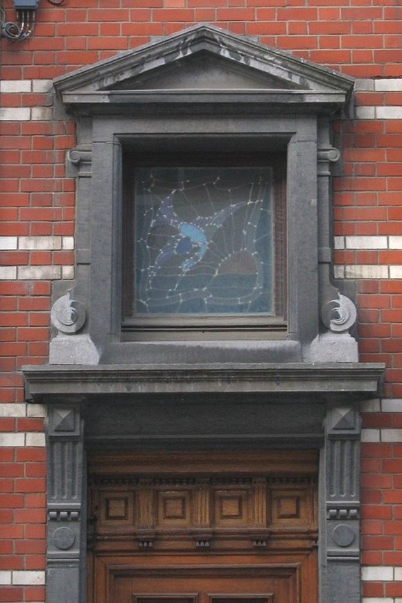 fen tre en dessus de porte sous fronton de pierre rue africaine 56 saint gilles 1902. Black Bedroom Furniture Sets. Home Design Ideas