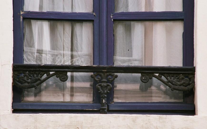 baie munie d 39 une barre d 39 appui en fonte rue haute 182 bruxelles l ment du xixe si cle sur. Black Bedroom Furniture Sets. Home Design Ideas